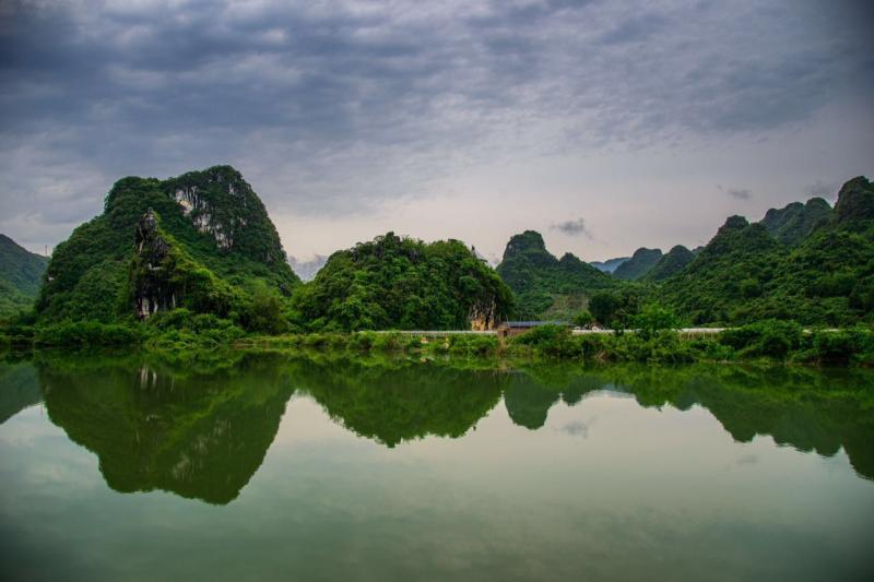 景区位于英西峰林十里画廊黄花镇的新民路段,属原生态旅游观光景点.